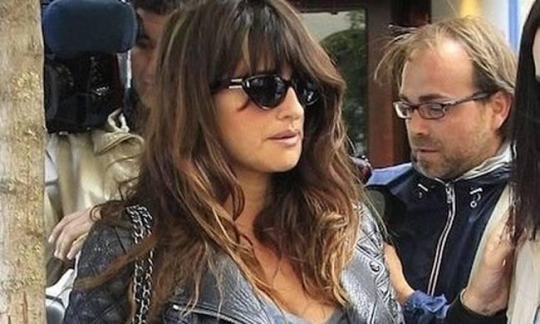 Με την κοιλιά στο στόμα η Penelope Cruz για βόλτα στη Μαδρίτη!