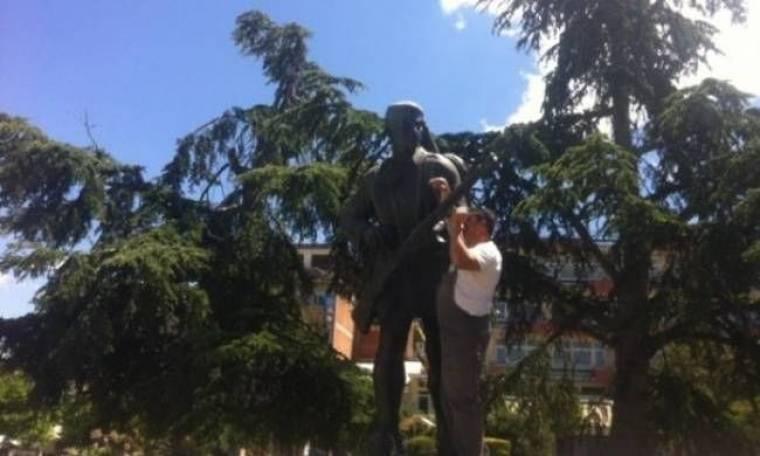 ΑΠΙΣΤΕΥΤΟ: Άρπαξε το όπλο του Εύζωνα στην Πλατεία Πάρκου (βίντεο)!