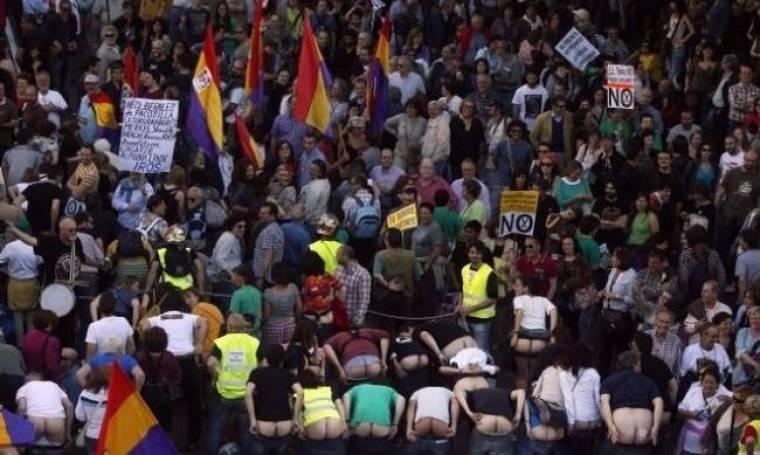 ΑΠΙΣΤΕΥΤΗ ΦΩΤΟ: Ισπανοί διαδηλωτές «τα έδειξαν» στην Τρόικα!