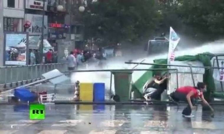 Απίστευτη αγριότητα: Αστυνομικό όχημα παρασύρει διαδηλωτή στην Τουρκία