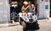 Η Βάνα Μπάρμπα μαθαίνει να οδηγεί γουρούνα