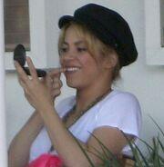Shakira: Καθαρίζει το δόντι με το δάχτυλό της!