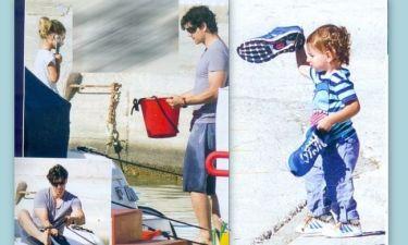Ο Σάκης πλένει το σκάφος με την Αναστασία και ο Αλέξανδρος παίζει με τα παπούτσια του μπαμπά
