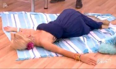 Η Μενεγάκη ξάπλωσε στο πάτωμα και...  πασαλείφθηκε με αντηλιακό!