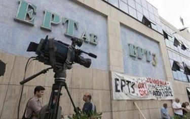 Τα ΜΑΤ έβγαλαν τους εργαζόμενους από το κτήριο της ΕΤ3