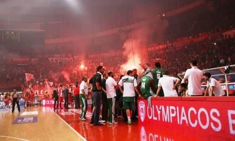 Ολυμπιακός-Παναθηναϊκός: Νέα αίσχη και διακοπή στο ΣΕΦ, χτυπήθηκε ο Ξανθόπουλος (Videos)