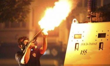Βίντεο - ΣΟΚ: Υδροφόρα παρέσυρε διαδηλωτή στην πλατεία Ταξίμ (pics)!
