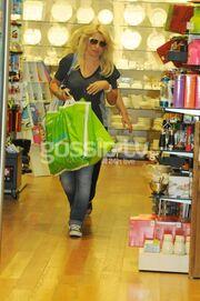 Η Μενεγάκη αγόρασε ομπρέλα για να κρυφτεί από τους παπαράτσι! (φωτό)