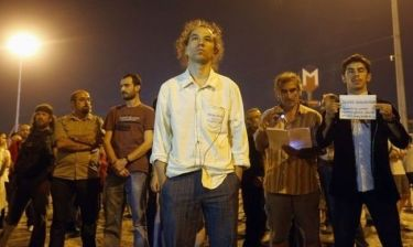 Οι φωτογραφίες του ακίνητου διαδηλωτή στην πλατεία Ταξίμ κάνουν το γύρο του διαδικτύου