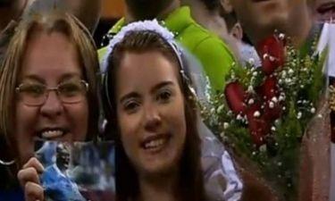 Ιταλία: Νεαρή κοπέλα ντυμένη νύφη ζητά από τον Μπαλοτέλι να την παντρευτεί (video)