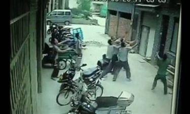 Απίστευτο βίντεο: Έπιασαν στον αέρα 2χρονη που έπεσε στο κενό