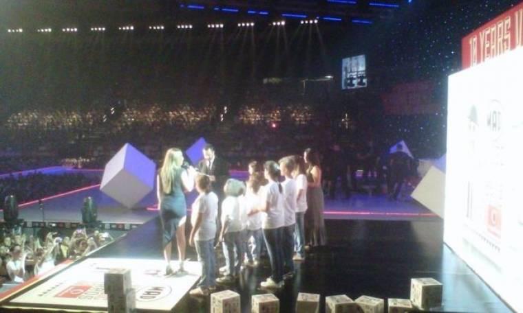 VΜΑ: Έλενα Παπαρίζου: Τραγούδησε νέο κομμάτι με την χορωδία από τα «Παιδικά χωρία SOS»