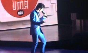 VMA: Ο Ρουβάς με μπλε κοστούμι και παπιγιόν στα βραβεία