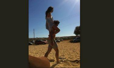 Μύκονος report: Την πήρε στην πλάτη και περπάτησαν στην άμμο