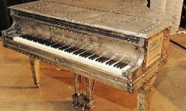 Ο John Varvatos τώρα και σε..πιάνο!