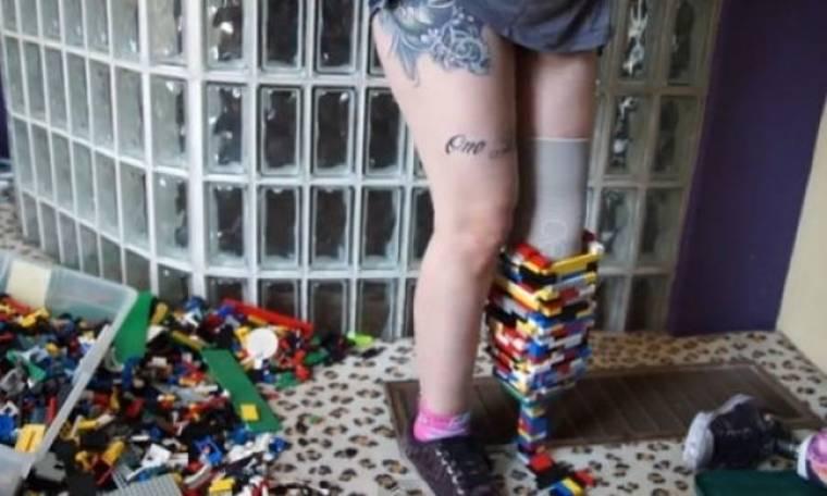 Δύναμη ψυχής: Έφτιαξε προσθετικό πόδι από τουβλάκια lego διακωμωδώντας την αναπηρία της! (βίντεο)