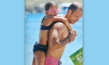 Άγγελος Μπασινάς: Παιχνίδια με την κόρη του στην θάλασσα