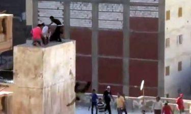 Βίντεο που σοκάρει: Ένοπλοι Αιγύπτιοι πετούν διαδηλωτές στο κενό!