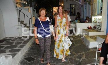 Εύα Λάσκαρη: Βόλτα στα σοκάκια της Μυκόνου με τη μαμά της!