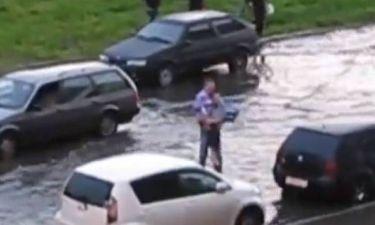Ο τύπος δεν υπάρχει! Δείτε τι κάνει σε πλημμυρισμένο δρόμο