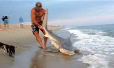 Βίντεο: Πάλεψε με γυμνά χέρια με έναν... καρχαρία!