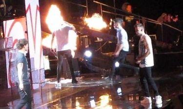 Κινδύνεψε να αρπάξει φωτιά ο Harry Styles on stage!