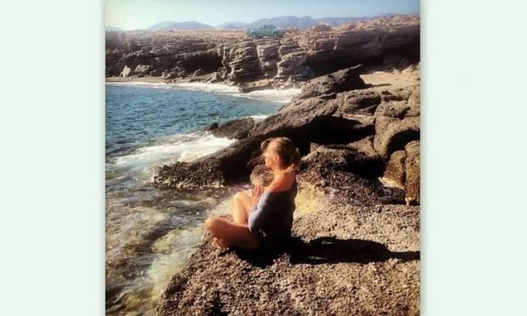 Ποια κάνει yoga στην παραλία;