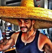 Ποιος φοράει αυτό το τεράστιο καπέλο;