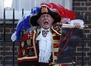 Όταν ο «τελάλης» του Μπάκιγχαμ ανακοίνωσε τον ερχομό του γιου του πρίγκιπα William και της Kate Middleton!