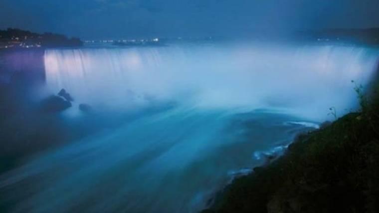 Οι καταρράκτες του Νιαγάρα και άλλα ορόσημα του Καναδά έγιναν μπλε προς τιμήν του γιου της Middleton και του William