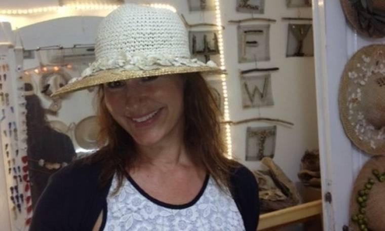 Η Eιρήνη Νικολοπούλου ποζάρει με τα καπέλα της μαμάς του Κρατερού Kατσούλη