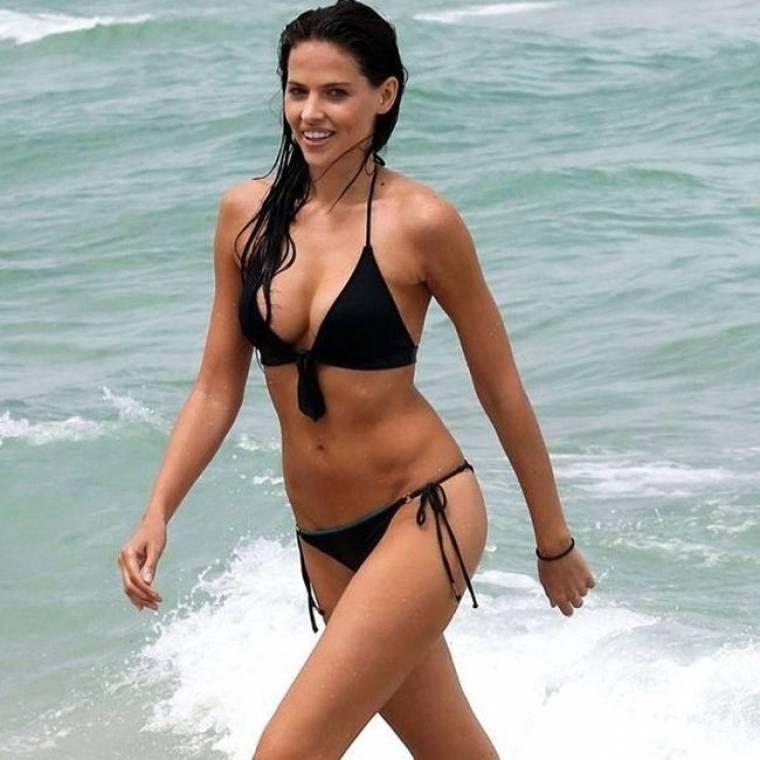 Η Hana Nitsche απολαμβάνει τις βουτιές της σε παραλία του Miami