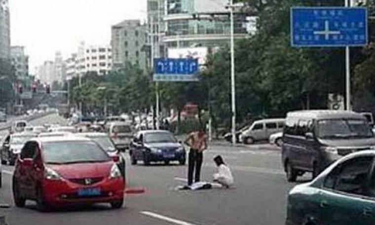 Απίστευτο: Τσακώθηκαν και γδύθηκαν στη μέση του δρόμου (pics)