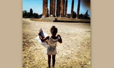 Γνωστή ηθοποιός ξεναγεί την κόρη της στα αξιοθέατα της Αθήνας