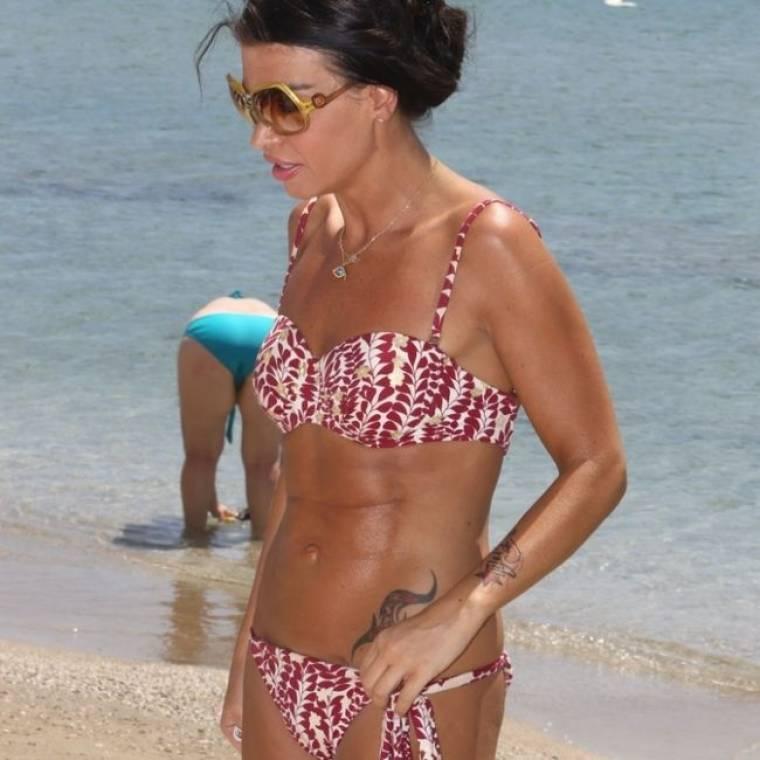 Κορμάρα στην παραλία η Νίνα Λοτσάρη!