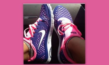 Ποια μας έδειξε τα καινούργια της παπούτσια;