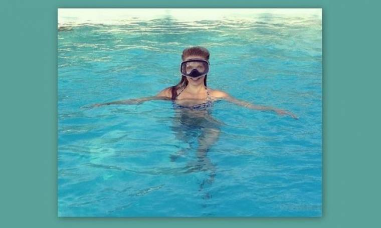 Ποια βούτηξε με την μάσκα στην πισίνα;