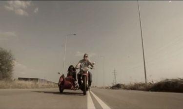 Βασίλης Καρράς: Easy rider στο νέο του βιντεοκλίπ