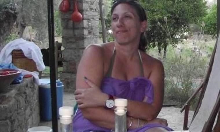Η Ζ. Κωνσταντοπούλου με μωβ παρεό πίνει ούζα στη Χίο