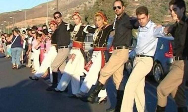 Όλη η Κρήτη πιάνει το χορό - Πεντοζάλης για... Γκίνες