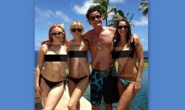Charlie Sheen: Ποζάρει με… τόπλες συνοδούς!