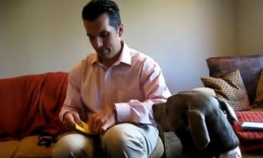 Η συγκινητική στιγμή που ένας άντρας μαθαίνει πως θα γίνει πατέρας (βίντεο)