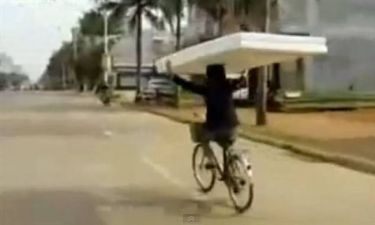 Βίντεο: Δείτε πώς μετέφερε το στρώμα και έγινε διάσημος στο YouTube