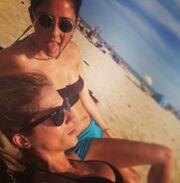 Δείτε την εγκυμονούσα Σοφία Καρβέλα στην παραλία!