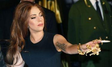 Η Lady Gaga έβαλε πλαστικό χέρι-Μάθετε τον λόγο
