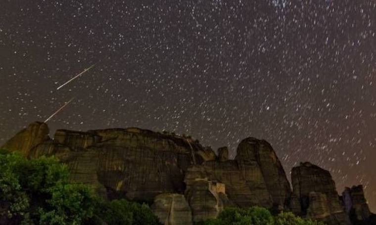 Απίστευτη φωτογραφία: Πεφταστέρια πάνω από τα Μετέωρα