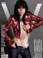 Η Lady Gaga γυμνή και λασπωμένη (φωτό)