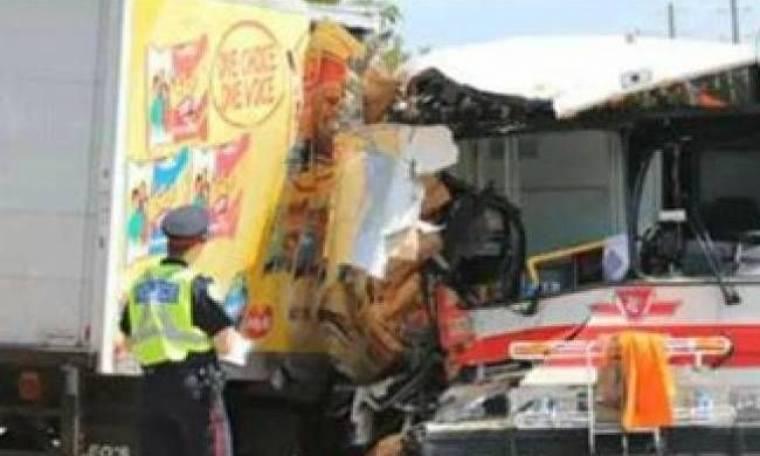 Μια νεκρή σε σύγκρουση λεωφορείου στον Καναδά