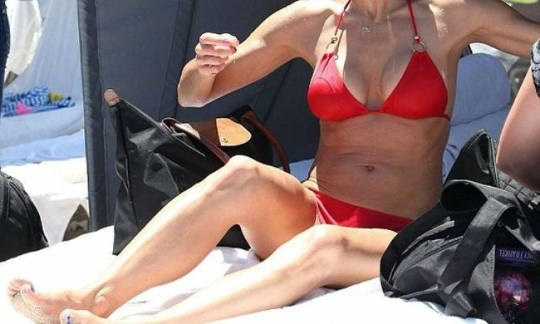 Η 42χρονη τηλεπερσόνα, το κατακόκκινο μαγιό και το πλούσιο στήθος!