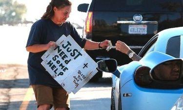 Γνωστός τραγουδιστής δίνει χρήματα σε άπορη γυναίκα!